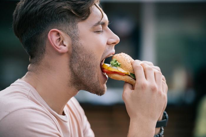 картинки мужчины едят заполняла около